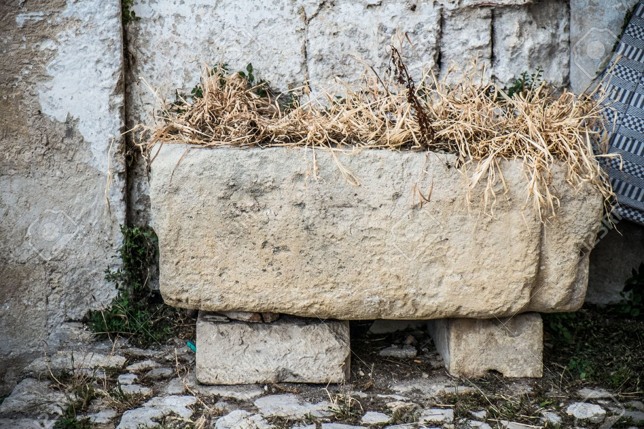 20074315-old-stone-manger-in-the-old-town-of-matera.jpg